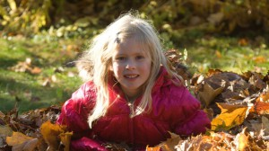 Girl_in_autumn_leaves.1